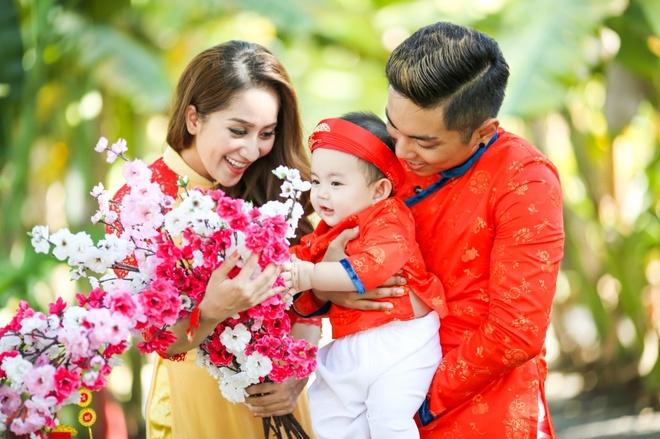 Gia dinh Khanh Thi - Phan Hien mac ao dai ruc ro du xuan hinh anh 1