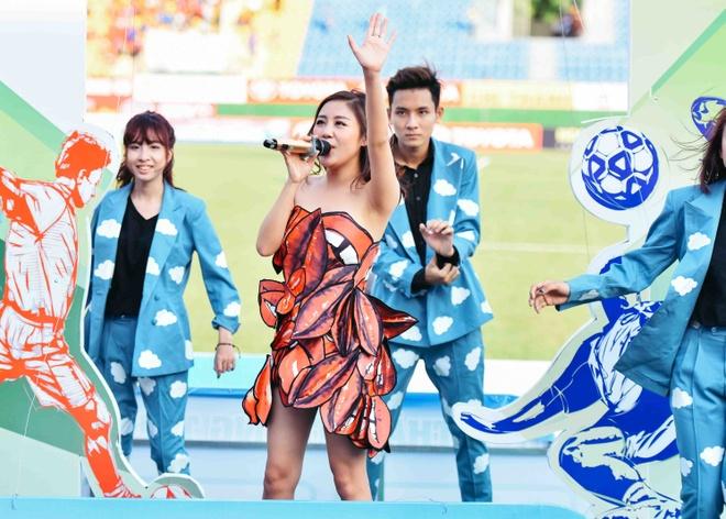 Van Mai Huong bieu dien trong tran khai mac V.League hinh anh 1