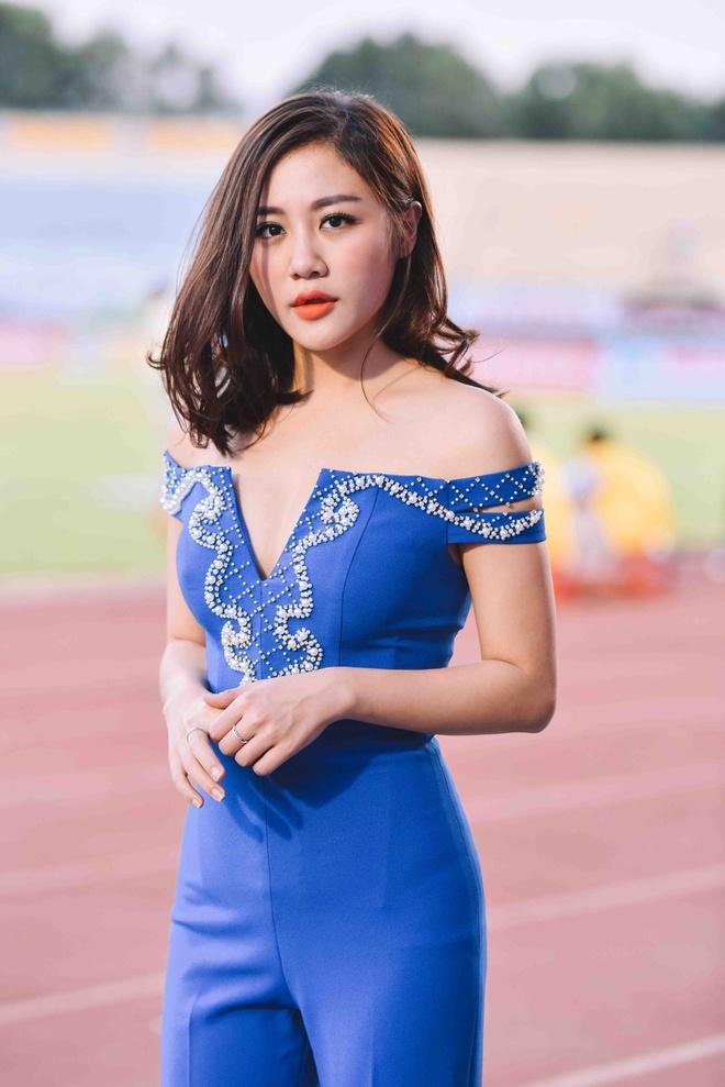 Van Mai Huong bieu dien trong tran khai mac V.League hinh anh 3
