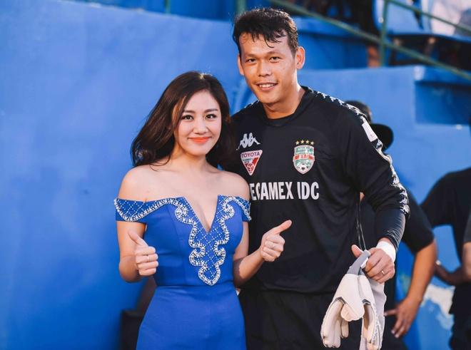 Van Mai Huong bieu dien trong tran khai mac V.League hinh anh 6