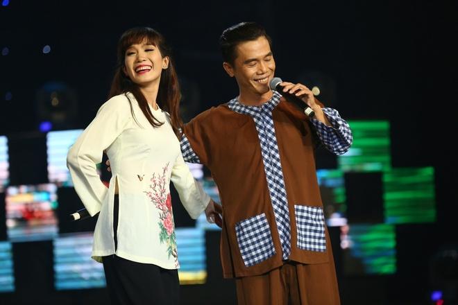 Hoai Linh hao phong tang tien,  Hoai Linh lay tien tui ung ho,  Hoang Chau anh 3
