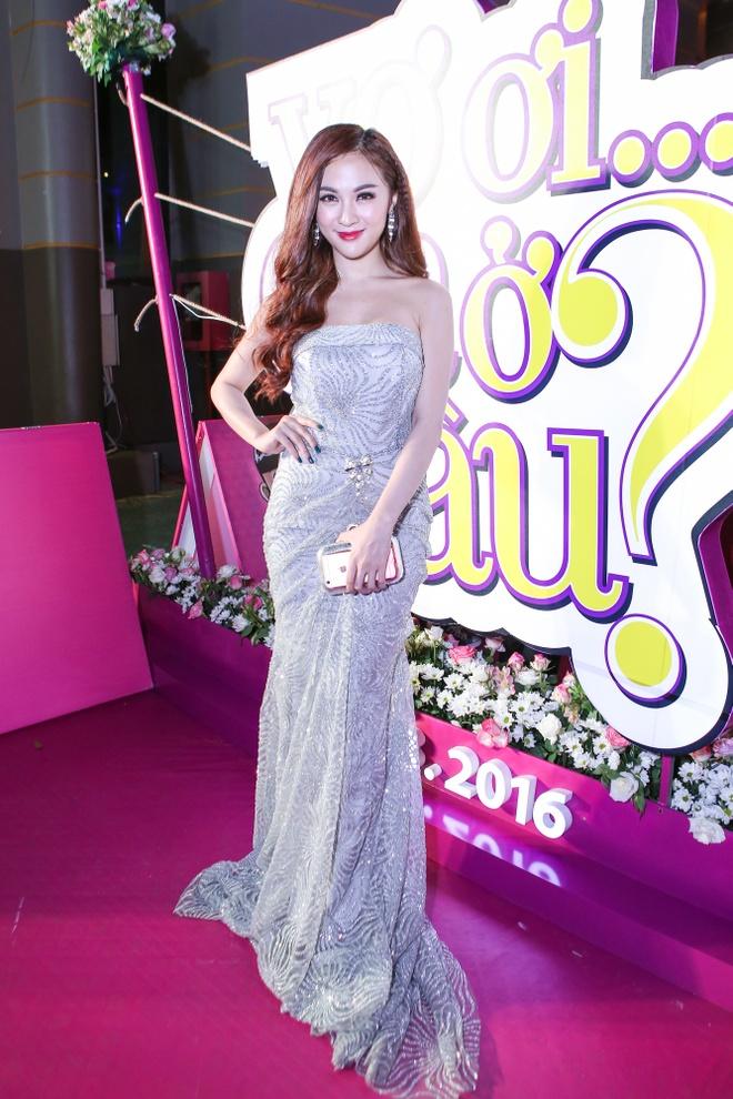 Thuy Tien rang ngoi ben Huy Khanh tren tham do hinh anh 9