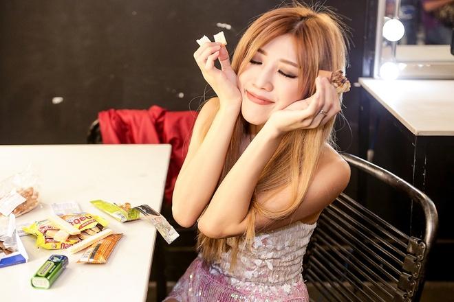 Trang Phap an voi truoc khi len san khau hinh anh 2