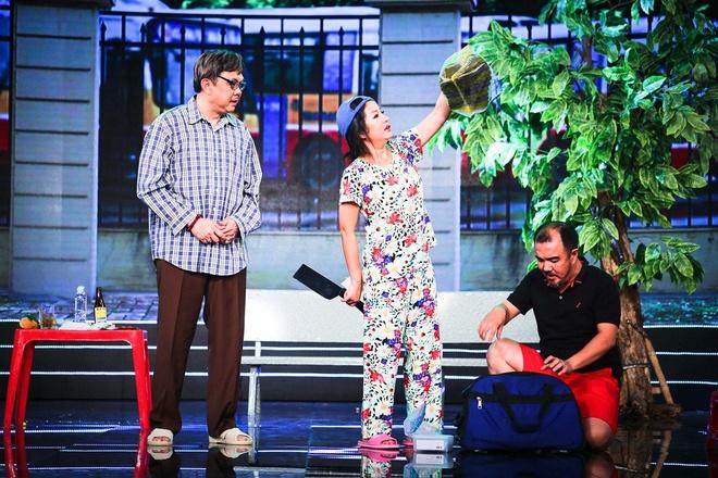 Thuy Nga cam dao ruot duoi Chi Tai trong tieu pham hai hinh anh 3