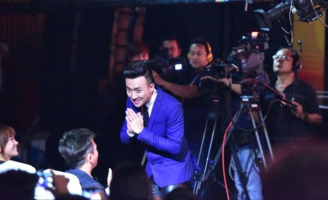 Tran Thanh nhan 2 giai thuong HTV Awards 2016 hinh anh 18