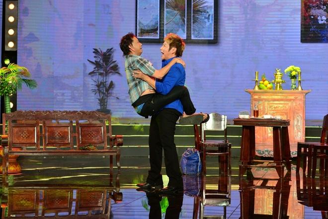 Con gai Kim Tu Long dien hai voi me ke hinh anh 2