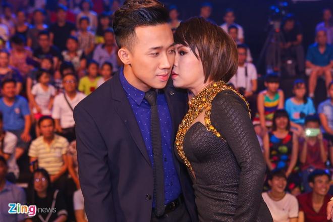 Viet Huong ngu tren vai Tran Thanh trong canh ga hinh anh 6