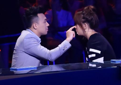 Tran Thanh benh vuc Hari Won khi ngoi ghe nong game show hinh anh 3