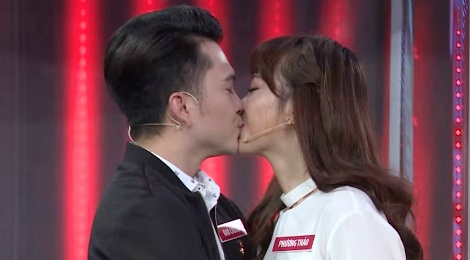 Nam Cuong va vo 9X hon nhau trong game show hinh anh