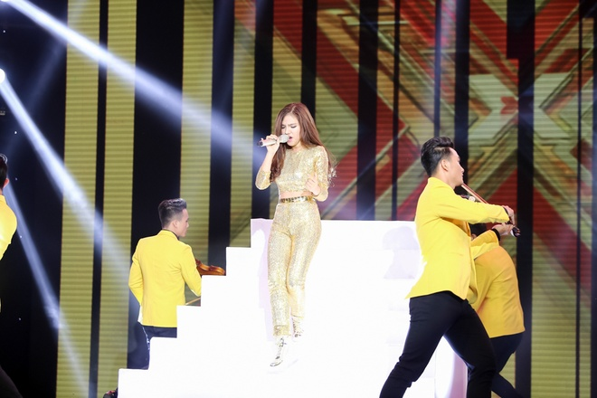 Nu sinh lop 11 tiep tuc lam chao dao giam khao X-Factor hinh anh 1