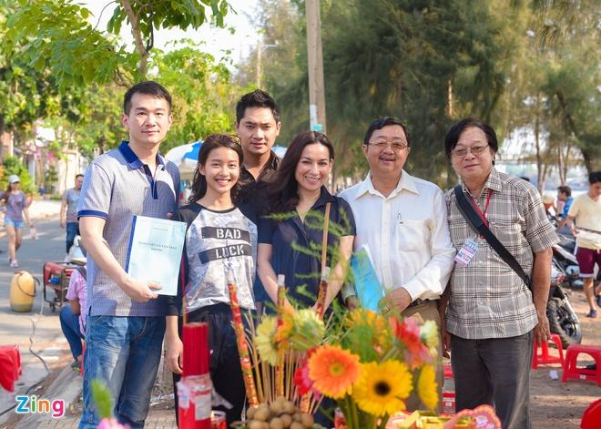 Hoai Linh than thiet voi hot girl Kha Ngan tren truong quay hinh anh 9