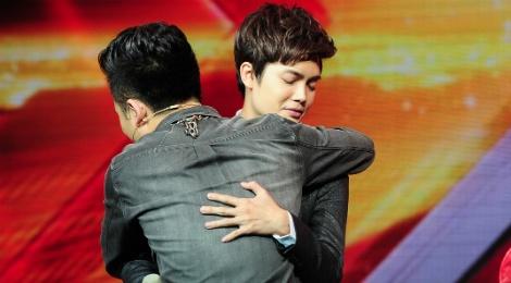 Chang trai hat tang me gia dau om gay xuc dong o X Factor hinh anh