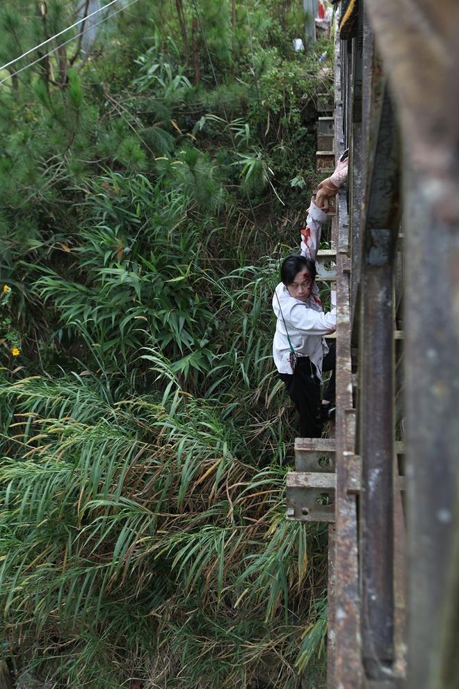 Hoai Linh bi treo lung lang trong phim kinh di hinh anh 7