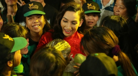 Fan mang qua o que len Sai Gon tang Phi Nhung hinh anh