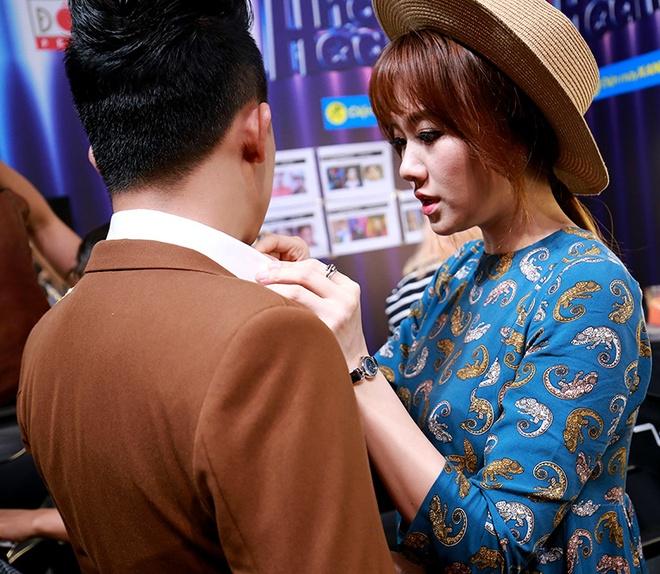 Hari Won cham soc Tran Thanh trong hau truong game show hinh anh 1