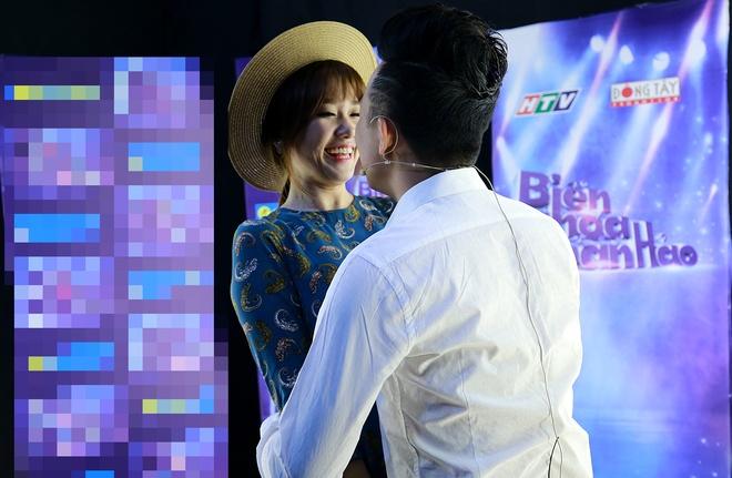 Hari Won cham soc Tran Thanh trong hau truong game show hinh anh 2