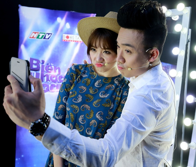 Hari Won cham soc Tran Thanh trong hau truong game show hinh anh 3