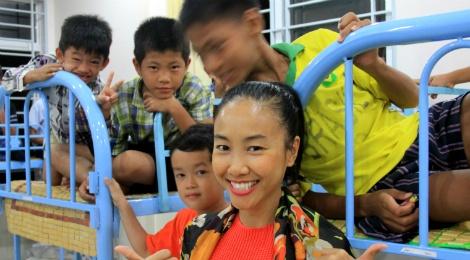 Doan Trang trao 10 chiec giuong cho tre mo coi hinh anh