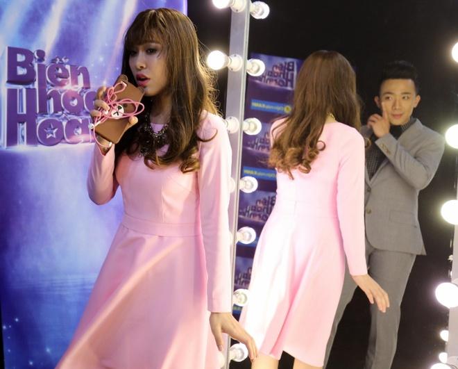 Tran Thanh cham soc 'ban sao cua Hari Won' o cuoc thi hat hinh anh 3