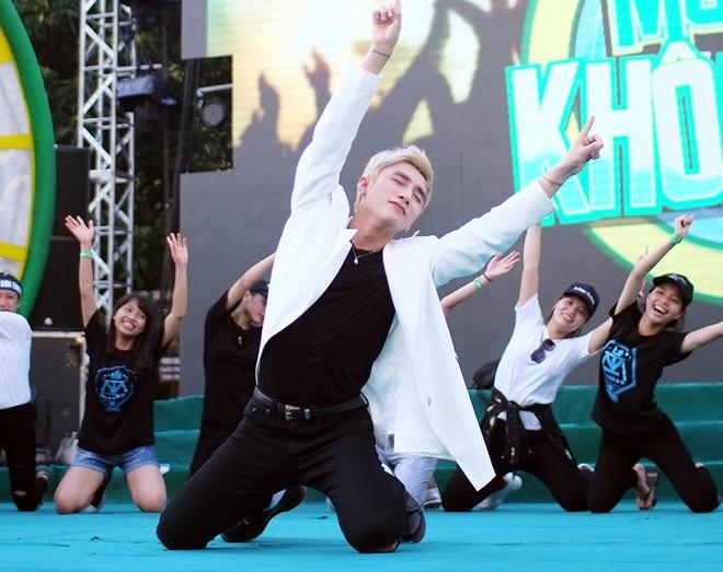 Son Tung M-TP chieu fan the hien vu dao khong giong ai hinh anh 5