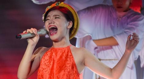 X-Factor: Nu sinh lop 11 duoc khen tai khong doi tuoi hinh anh