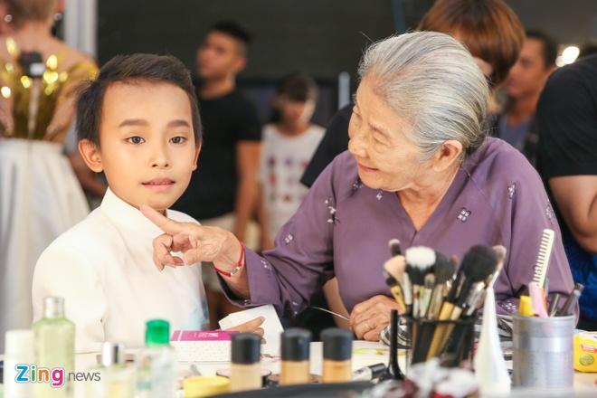 Ba me Ho Van Cuong len Sai Gon co vu con trai thi hat hinh anh 2