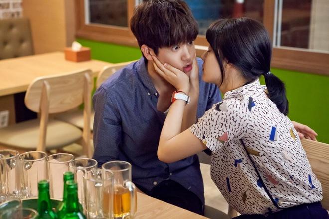 Sao 'Giay thuy tinh' Kim Hyun Joo bi cha kien trong phim moi hinh anh 3