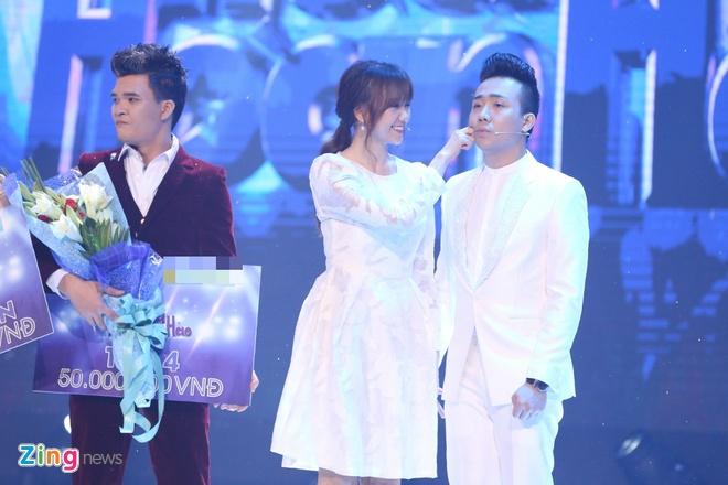 Tran Thanh hon Hari Won trong luc thi sinh nhan giai thuong hinh anh 4