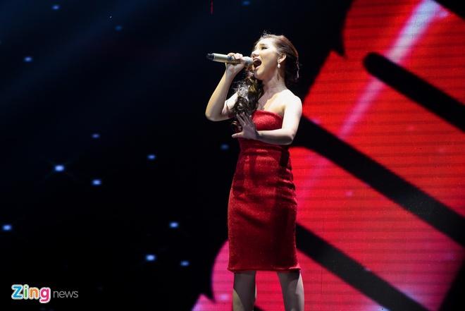 Giam khao X Factor khong nhin mat sau tranh cai gay gat hinh anh 2