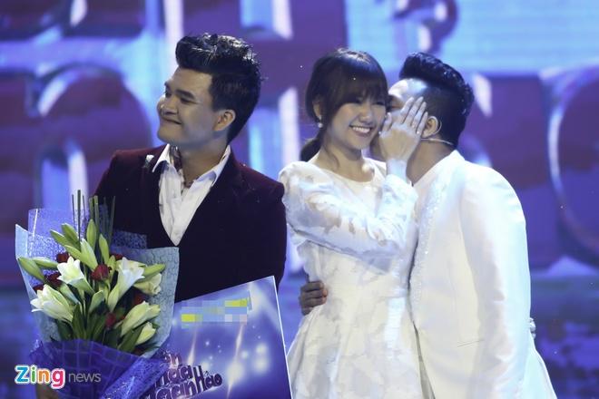 Tran Thanh hon Hari Won trong luc thi sinh nhan giai thuong hinh anh 5