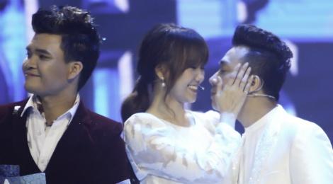 Tran Thanh hon Hari Won trong luc thi sinh nhan giai thuong hinh anh