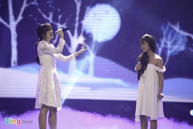 Tran Thanh hon Hari Won trong luc thi sinh nhan giai thuong hinh anh 9