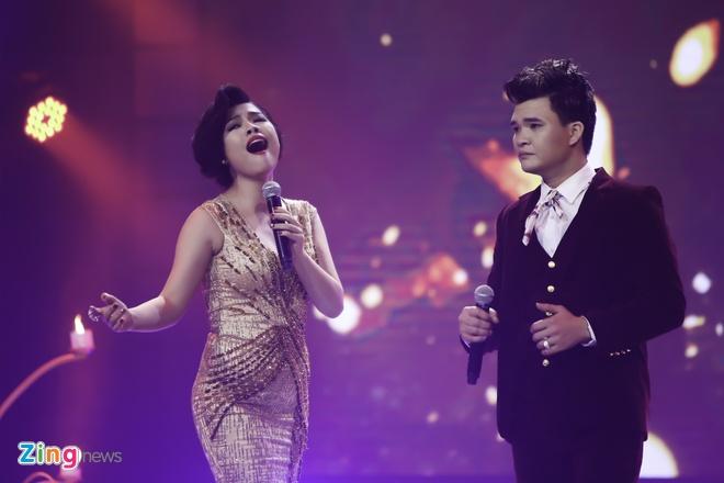 Tran Thanh hon Hari Won trong luc thi sinh nhan giai thuong hinh anh 8