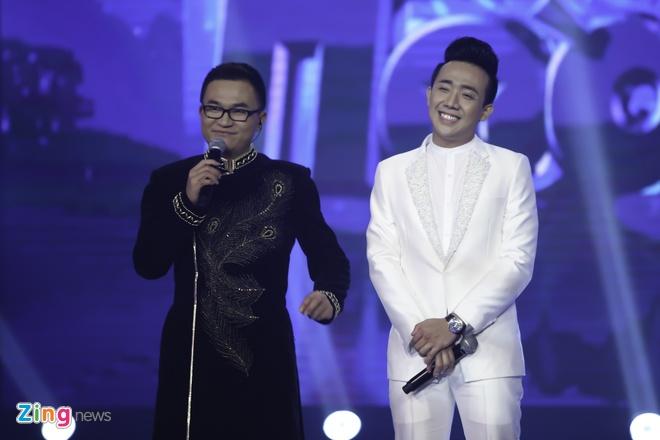 Tran Thanh hon Hari Won trong luc thi sinh nhan giai thuong hinh anh 11