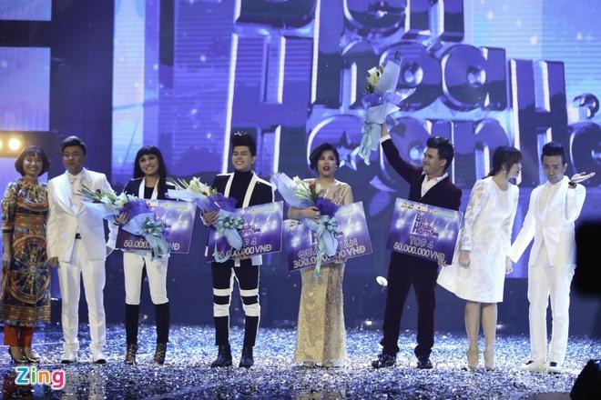 Tran Thanh hon Hari Won trong luc thi sinh nhan giai thuong hinh anh 3