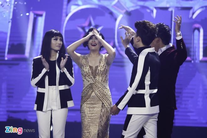 Tran Thanh hon Hari Won trong luc thi sinh nhan giai thuong hinh anh 1