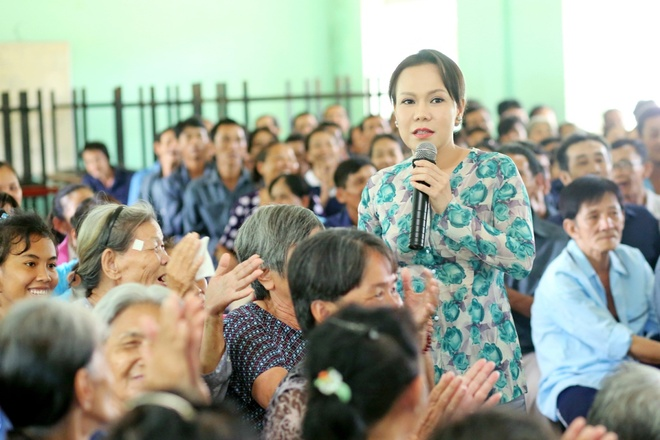 Viet Huong va ong xa phat qua cho nguoi ngheo dip Vu Lan hinh anh 3