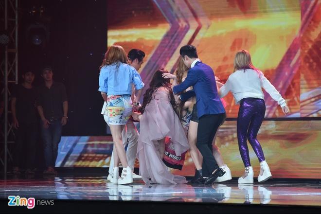 Thi sinh X Factor ngat xiu trong chuong trinh truc tiep hinh anh 1