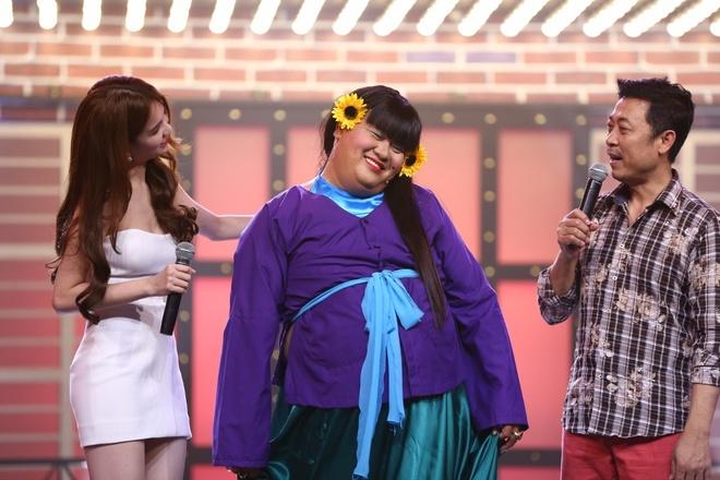 Ngoc Trinh duoc cac nguoi dep tan tinh trong game show hinh anh 9