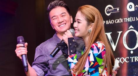 Dam Vinh Hung xuat hien chop nhoang tai hop bao cua hoc tro hinh anh