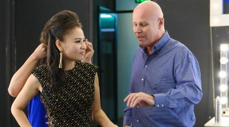 Thu Minh va chong Tay treu dua trong hau truong Vietnam Idol hinh anh