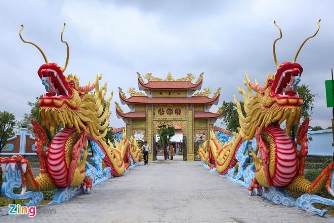 Hoai Linh mo cong Nha tho To don nghe si Viet va nguoi dan hinh anh 1