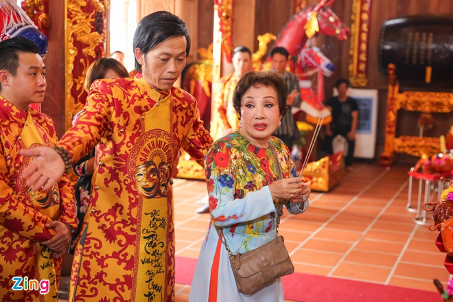 Ba me Hoai Linh ve Viet Nam du le gio To nganh san khau hinh anh 4
