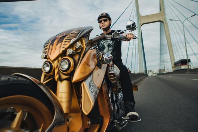 Phan Dinh Tung cuoi moto tien ty trong MV hinh anh 1