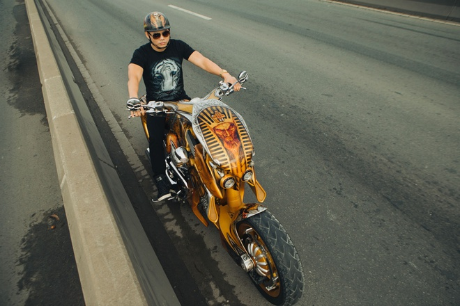 Phan Dinh Tung cuoi moto tien ty trong MV hinh anh 2