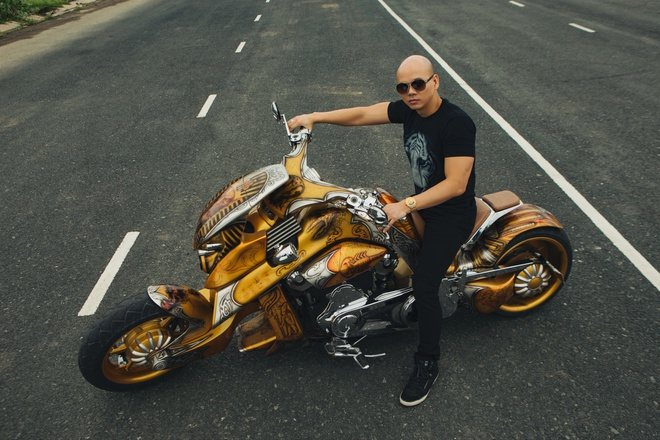Phan Dinh Tung cuoi moto tien ty trong MV hinh anh 3
