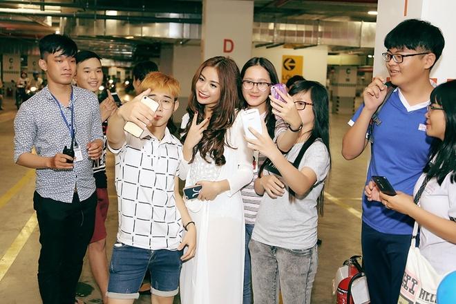 Hoang Thuy Linh duoc fan vay quanh o cuoc thi nhay hinh anh 2