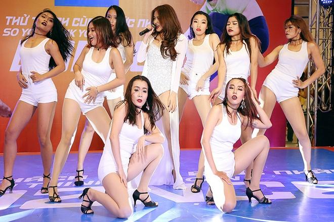 Hoang Thuy Linh duoc fan vay quanh o cuoc thi nhay hinh anh 1