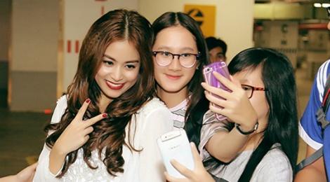 Hoang Thuy Linh duoc fan vay quanh o cuoc thi nhay hinh anh