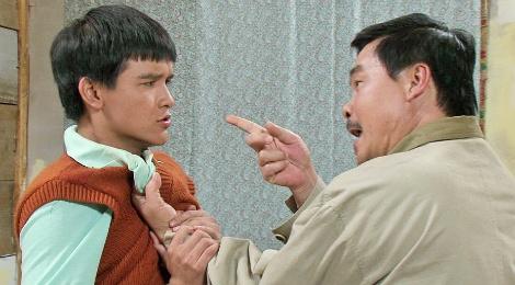 Vo Thanh Hoa bi cha ruot danh khi dien chung hinh anh